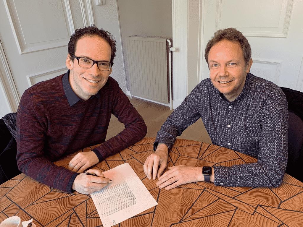Hermen Visser en Frank Nuijens ondertekenen oprichtingsakte